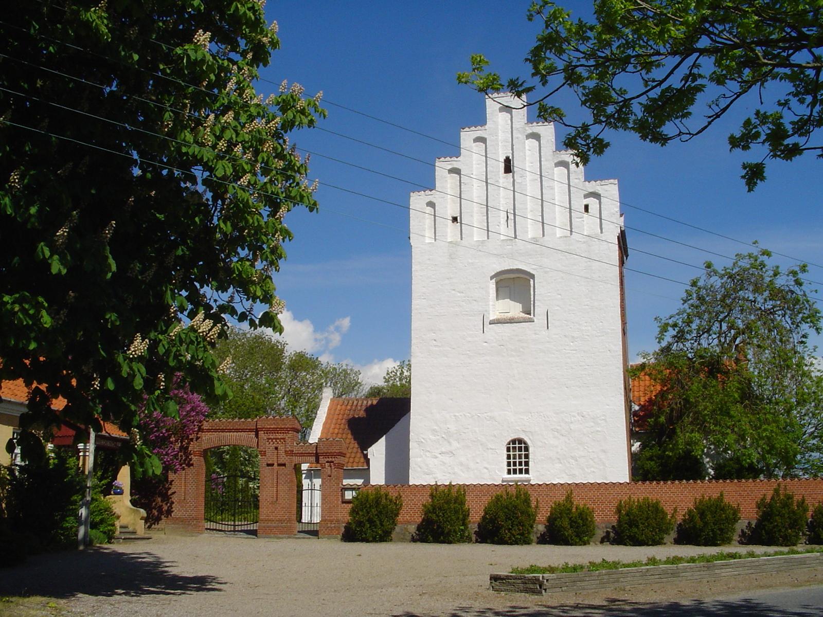 Hejninge kirke fra dengang der var el ledninger i luften.