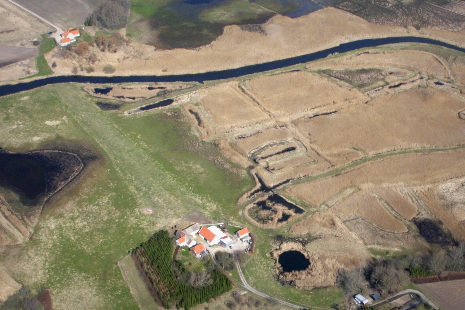 Dæmning ses tydeligt fra luften, mellem de 2 bebyggelser.