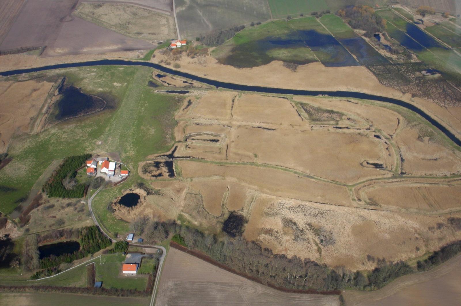 Møllesø er det store område til venstre for deæningen, og Pinehullet ses ved det sydligste hus.